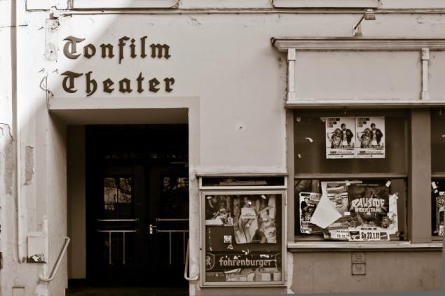 Lichtspielhaus vs. Kino